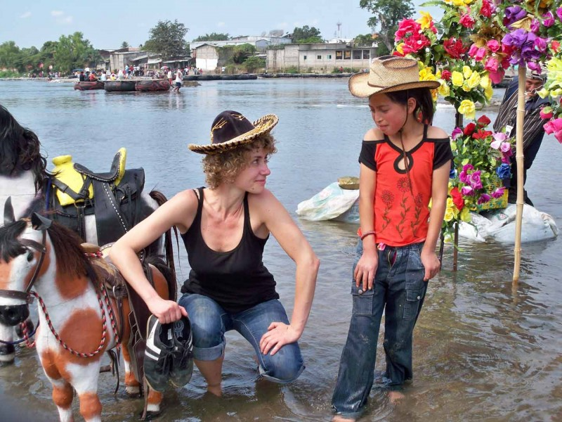 Sandra und Mädchen im Fluß (Foto von Janina Möbius)